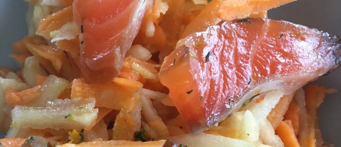 Saumon gravlax sur lit de salade carottes pommes gingembre