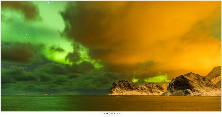 Het groene noorderlicht in strijd met het oranje licht van de beschaving