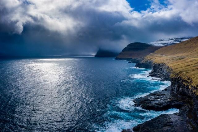 De noordkust van het eiland Viðoy, waar nieuwe regenbuien aangedragen worden op stormachtige winden.