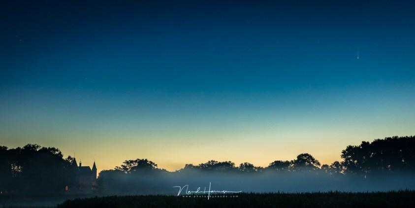 De komeet NEOWISE op de foto, vaag in de lichte ochtendhemel