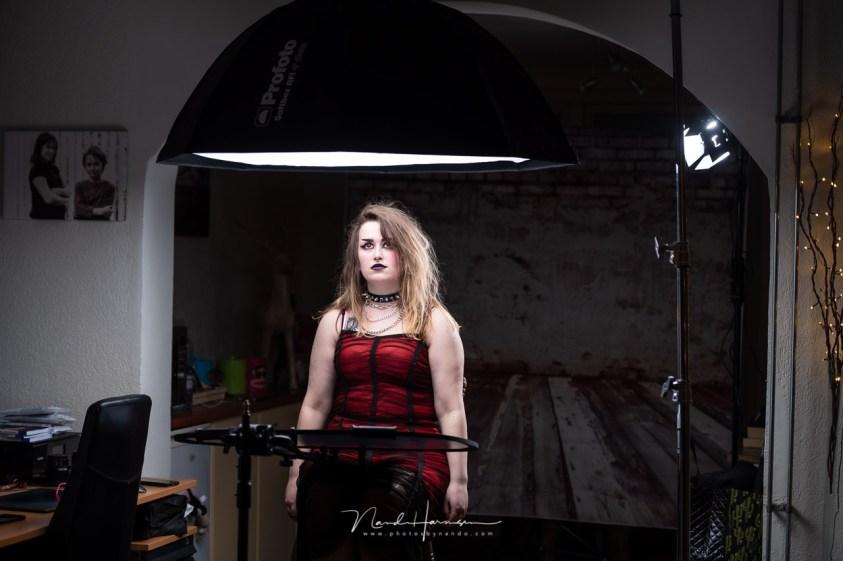 De opstellen van de gothic fotosessie in de thuis studio