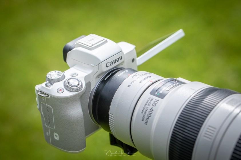 Een EOS M50 met een EF objectief
