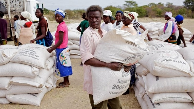 ICRC distributes maize to farmers in Zimbabwe's Fuchira region affected by drought  © Olivier Moeckli/ICRC