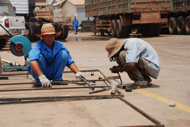 Good old days - Chinese construction workers in Luanda Photo: Lilian Liang/PlusNews