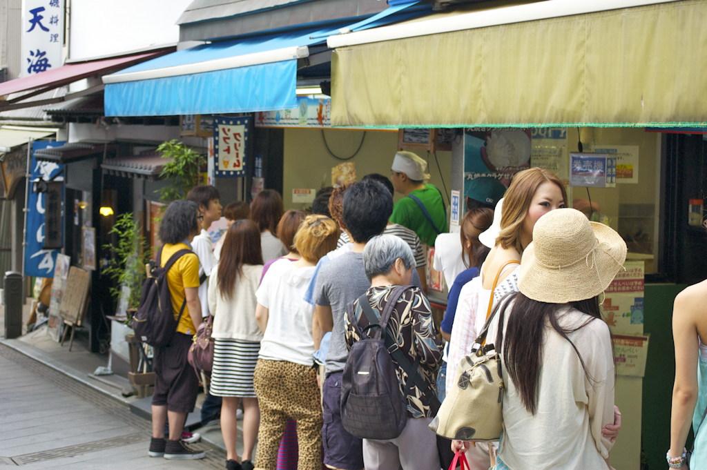 The queue for flat roast tako and ika on Enoshima