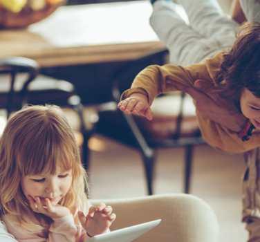 , Κορωνοϊός – Σε ισχύ η απαγόρευση κυκλοφορίας: Τι γίνεται με τις babysitter και τους δασκάλους;