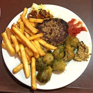 steak haché et frites au restaurant A la bonne heure