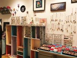 De nombreux bijoux et objets de créateurs