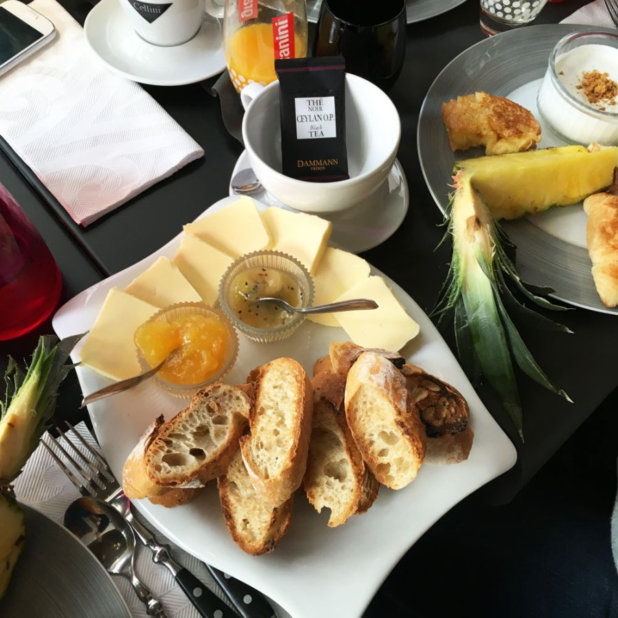 Tartines grillées, beurre et confitures au brunch des Frères Toqués à Nantes