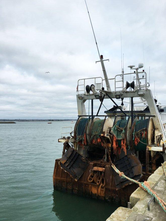 Un vieux bateau dans le port du Croisic en Loire-Atlantique