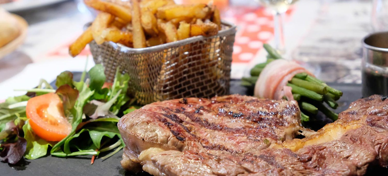 Chez Fernand, restaurant situé à Saint-Herblain, à côté de Nantes, servant de la viande de qualité dans une ambiance rustique.