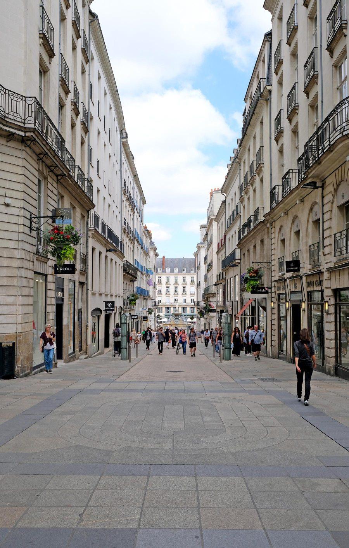 Le calme avant les soldes, rue Crébillon à Nantes en juin 2018