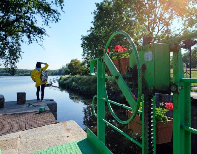 Visite du canal de Nantes à Brest àFégréac dans le cadre de la Traversée moderne d'un vieux pays, parcours touristique et artistique mis en place par Le Voyage à Nantes