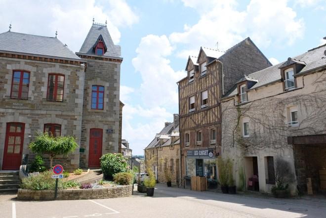 Visite de Ploüer-sur-Rance dans le cadre de la Traversée moderne d'un vieux pays, parcours touristique et artistique mis en place par Le Voyage à Nantes