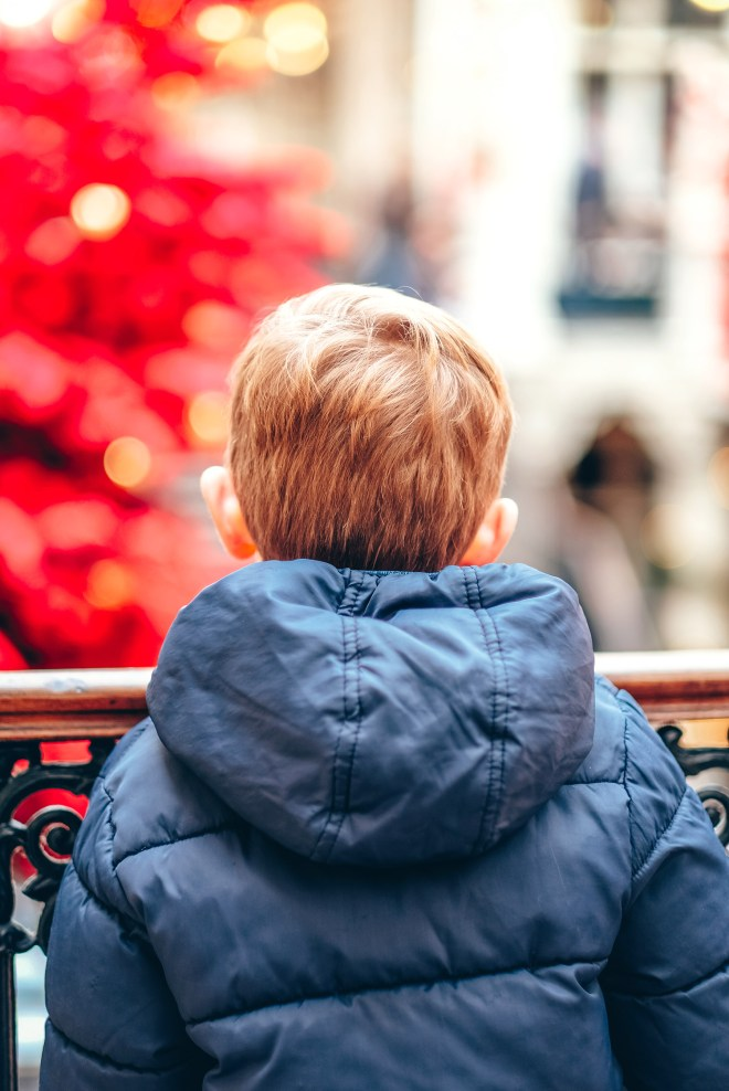 Le Passage Pommeraye à Nantes décoré de sapins rouges pour Noël