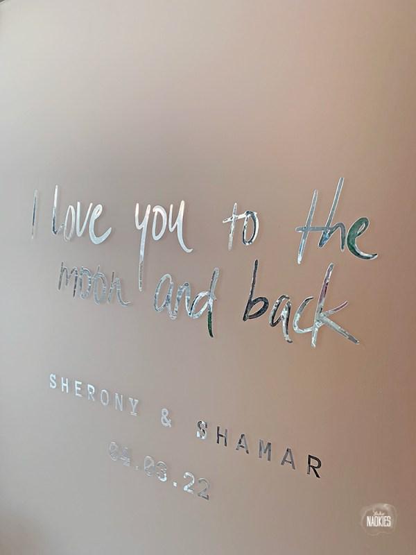 frosted plexiglas welkomstbord zilver bruiloft tekst handlettering zilverfolie studio naokies