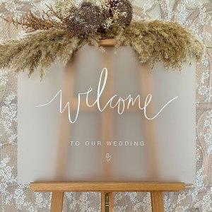 Gepersonaliseerd welkomstbord bruiloft frosted plexiglas handlettering Studio Naokies