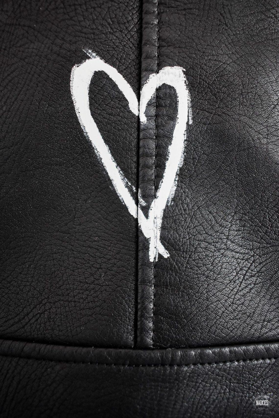 closeup hartje customised leren jasje voor lola dean studio naokies