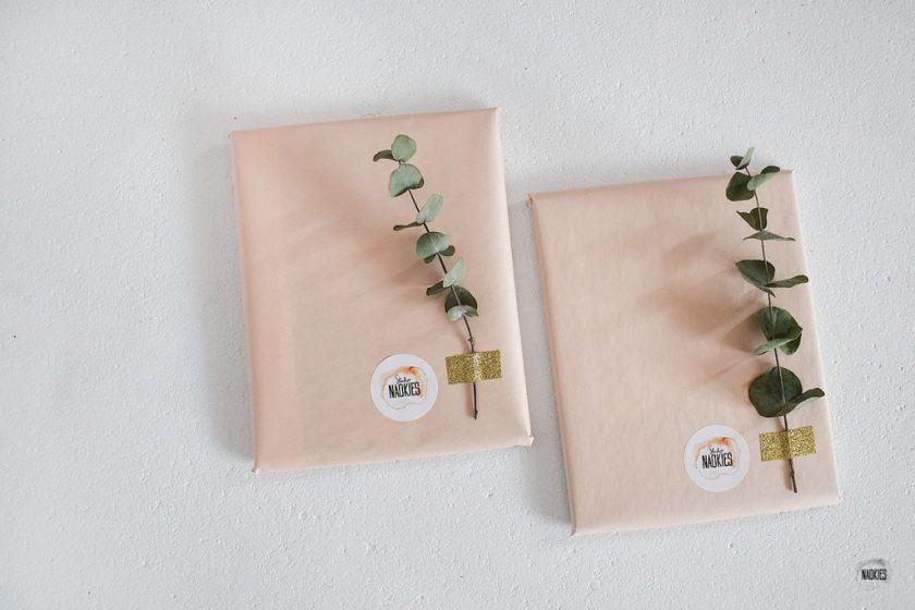 Gepersonaliseerde gelofteboekjes bruiloft handlettering Studio Naokies ingepakt flatlay