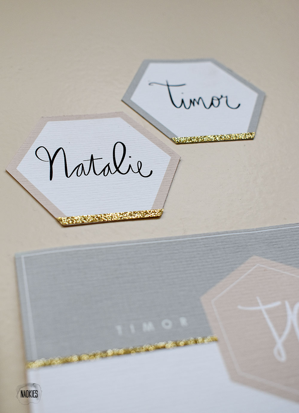 "Bruiloft stationery met ""A Touch Of Gold"" closeup naamkaartjes handlettering Studio Naokies"