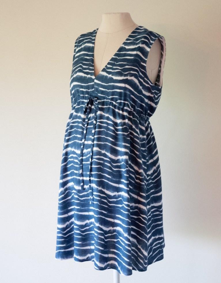 Letnia sukienka w fale – nie tylko ciążowa