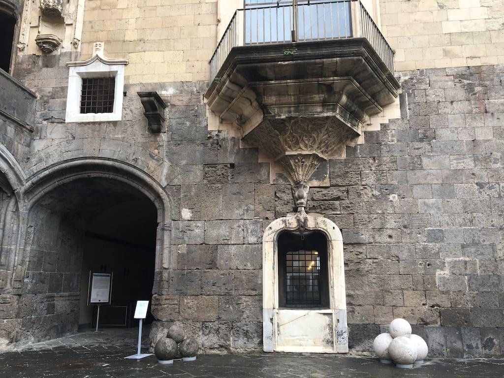 Cortile di Castel Nuovo a Napoli