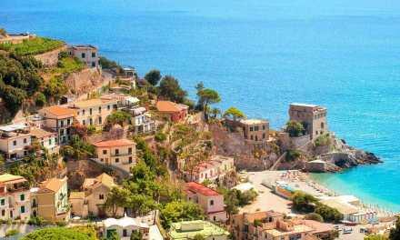 Sant'Agata sui Due Golfi, il paese in bilico tra due mari