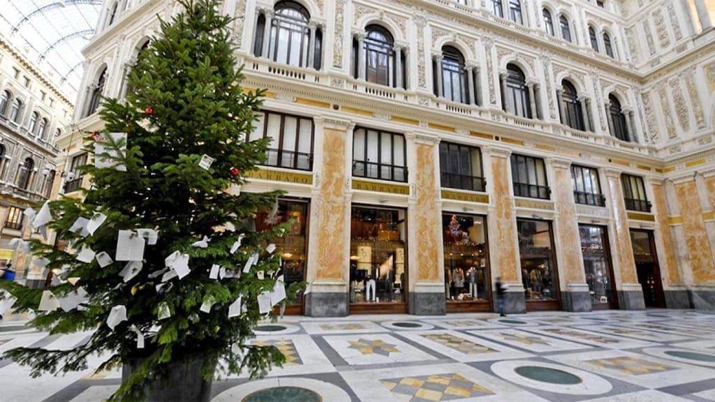 Albero Di Natale Napoli.L Albero Di Natale Di Napoli Si Trova In Galleria Umberto