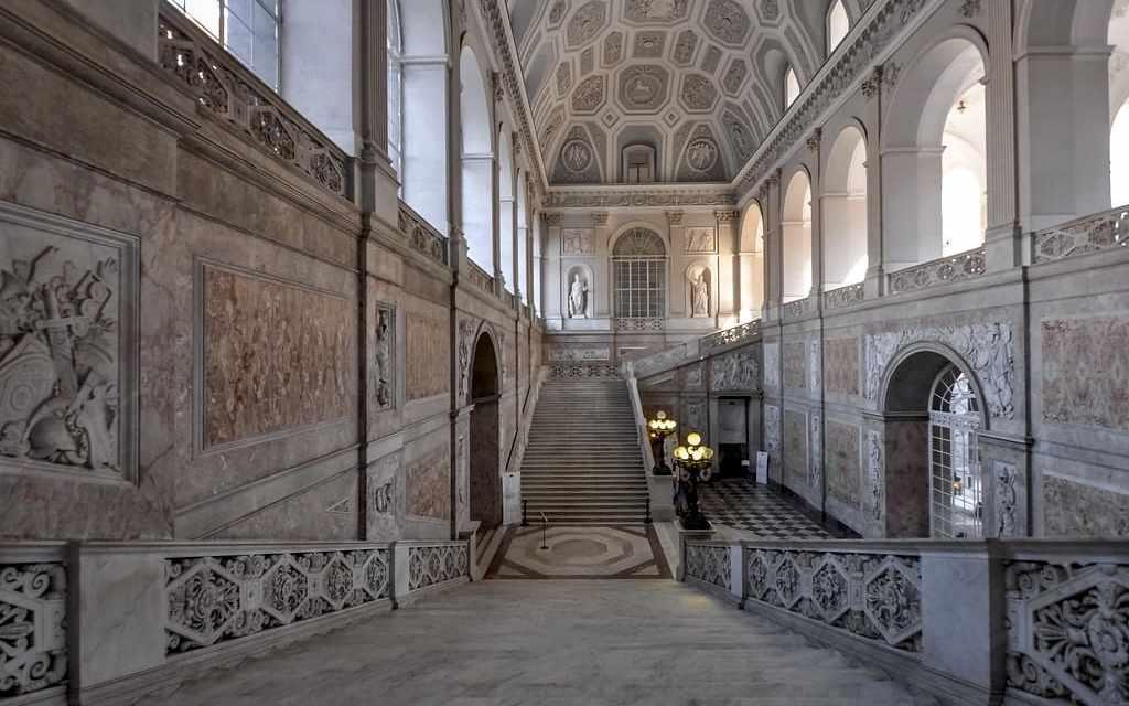 Borbone e inciuci a corte, visita guidata a Palazzo Reale Napoli