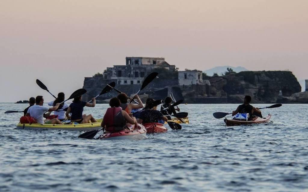 Full Moon in Kayak escursione al tramonto lungo la costa di Posillipo