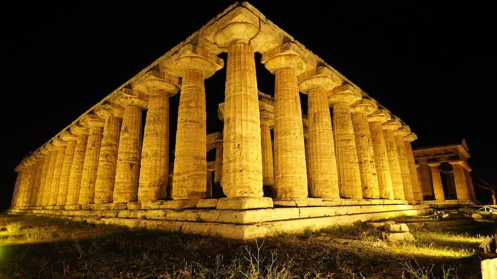 Scavi di Paestum e Velia Aperture notturne a 1 euro