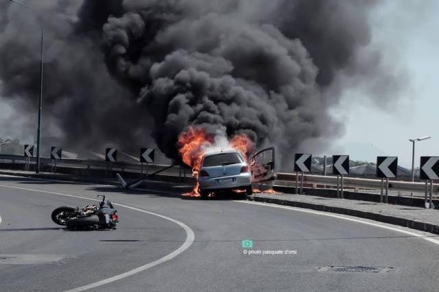 Incidente a Torre del Greco oggi: un auto in fiamme