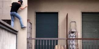 Eboli, ladro cade appartamento