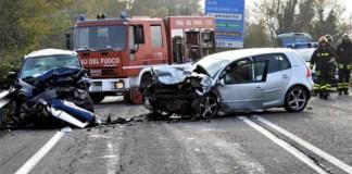Incidente stradale: impatto frontale e violento tra due vetture