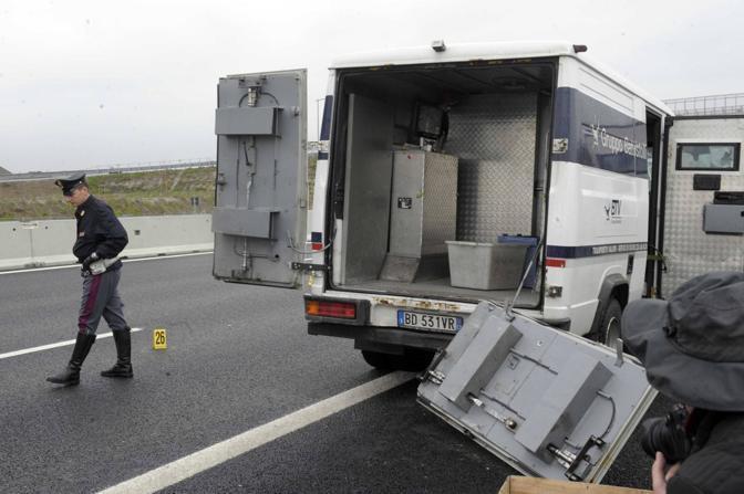 Pomigliano d'Arco, sparatoria e rapina ad un portavalori