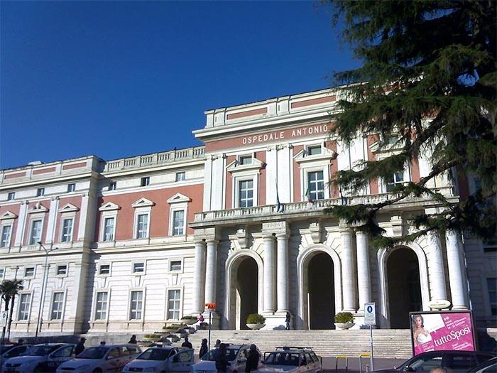 Napoli, muore in ospedale: cadavere in bagno per ore