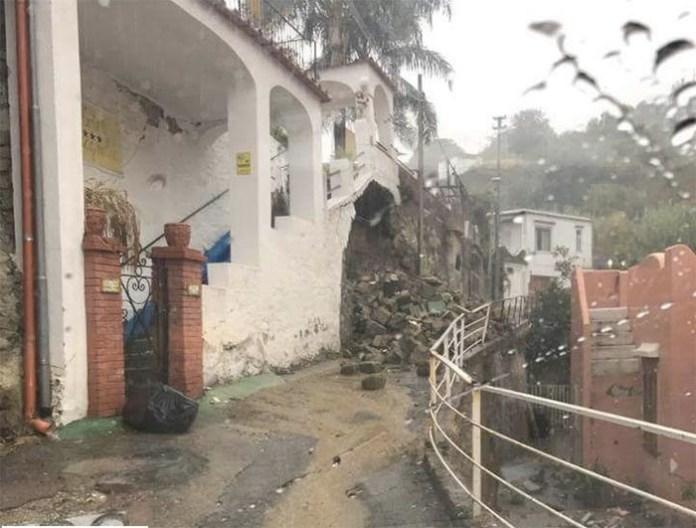 Maltempo a Ischia, crollano le mura a causa della pioggia