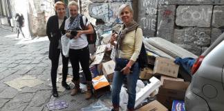 Napoli, turiste portoghesi scattano foto tra i rifiuti