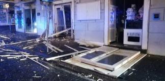 Esplosione a Napoli: le vetrine di un bar saltano in aria