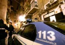 Sparatoria a Forcella, nessuno parla: inseguimento in un palazzo