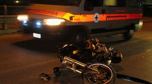 Incidente a Campolongo, moto si schianta contro la rotatoria: muore un uomo