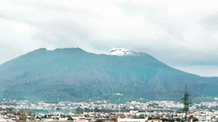 Freddo a Napoli: spettacolo della punta del Vesuvio innevata