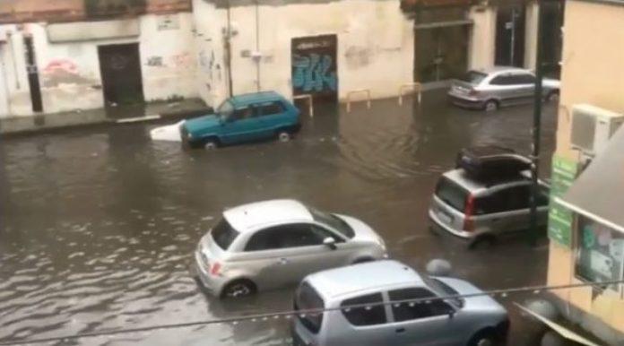 Meteo Napoli, piogge intense: allagamenti in città, traffico in tilt