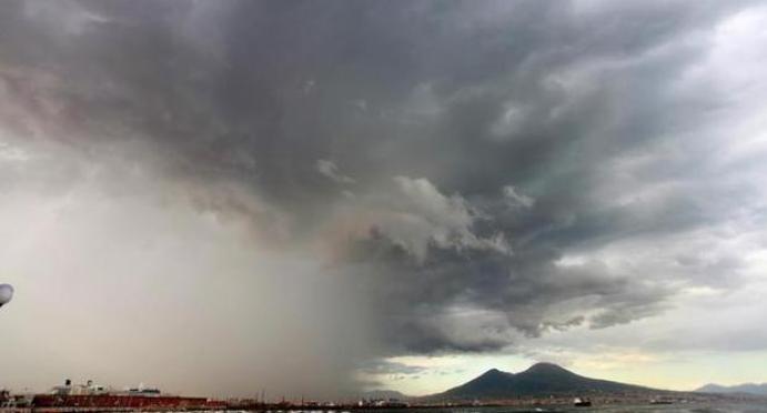 Allerta meteo Napoli, bomba d'acqua sulla città: criticità arancione
