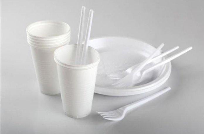 Dal 2021 addio a posate di plastica, cottonfioc e cannucce