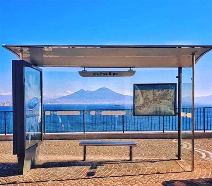A Posillipo si trova la ferma del bus più bella del mondo