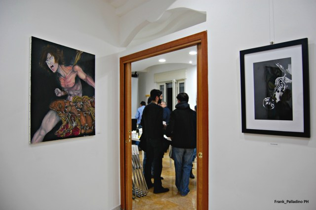 A sinistra il quadro di Ivan Chianese; a destra la fotografia di Enza Martinisi.