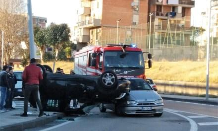 Grave incidente stradale a Scampia, auto si ribalta , due feriti