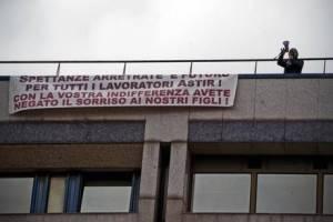 LAVORO: ASTIR; PROTESTA SU TETTO PALAZZO CENTRO DIREZIONALE