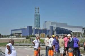 Lavoratori del Consorzio Unico Bacino stanno impedendo l'ingresso dei camion di rifiuti nel termovalorizzatore di Acerra (Napoli),  1 Agosto 2012,  ANSA/CESARE ABBATE